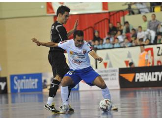 Sergio Rivero controla un bal�n durante el encuentro ante Benicarl�.