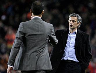 Mourinho y Guardiola se saludan despu�s del Inter-Bar�a del pasado martes en San Siro