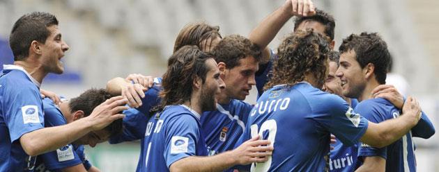 Los jugadores del Oviedo celebrando uno de sus nueve goles al Vecindario