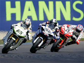 Rea por delante de Toseland durante la primera manga de Superbikes