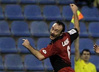 Lacruz trata de despejar un bal�n durante un partido.