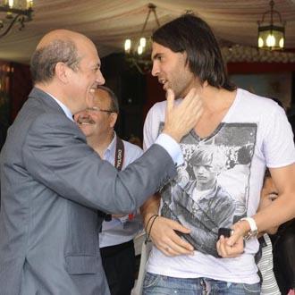 El presidente del Nido saluda y anima a su jugador Sergio Sánchez