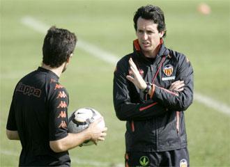 Emery dialogando con Carcedo en una foto de archivo