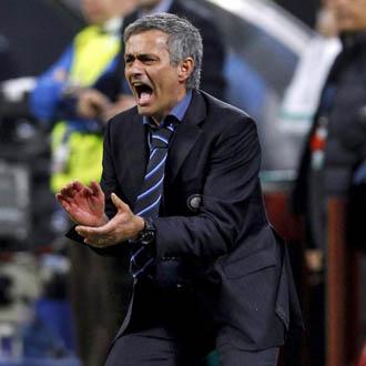 Mourinho motiva a sus jugadores desde el �rea t�cnica ante el Bar�a