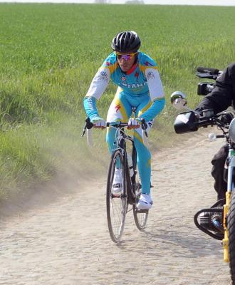 Alberto Contador prob�ndose en el pav� belga.