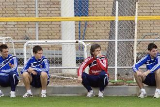 Parte de la plantilla del Zaragoza descansando durante el entrenamiento.