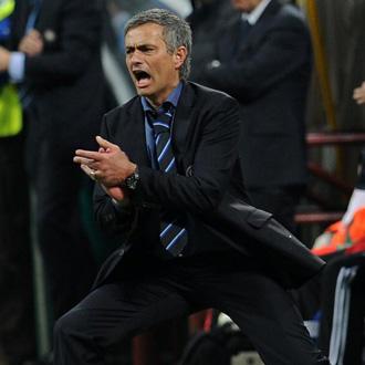 Mourinho, en plena faena, durante la ida de las semifinales ante el Bar�a