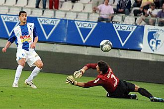 Nassim Akrour bate al portero del PSG.
