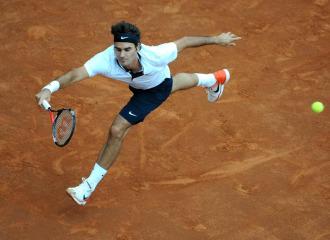 Federer golpea una bola
