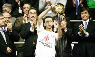 Alemao levantando el trofeo de subcampe�n de la Copa del Rey