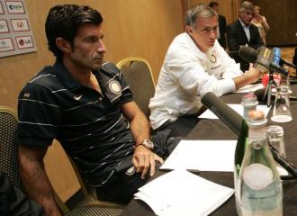 Figo y Mourinho, en una rueda de prensa