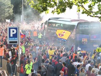 El bus del Bar�a llegando al Camp Nou