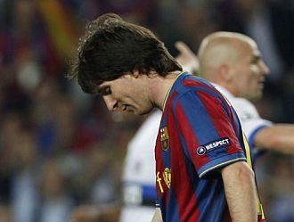 Messi, cabizbajo durante el encuentro ante el Inter.