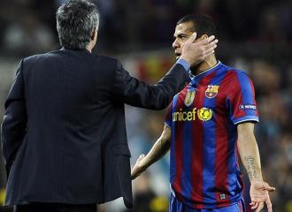 Alves se las vio con 'Mou'