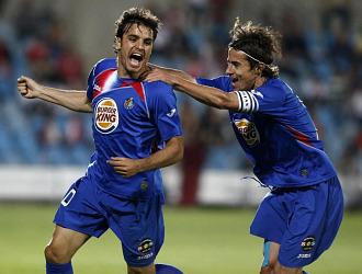 Pedro Le�n celebra con Cort�s su gol ante el Sevilla