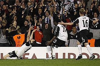 El Fulham celebra uno de sus goles ante el Hamburgo
