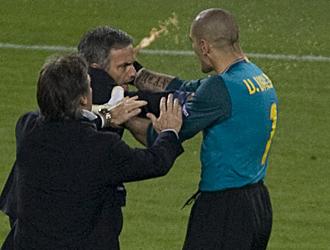 V�ctor Vald�s coge del cuello a Mourinho
