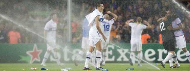 Los jugadores del Inter celebrando su �xito entre los aspersores