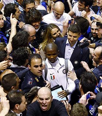 El Inter fue recibido por miles de aficionados interistas a su llegada al aeropuerto de Mil�n.