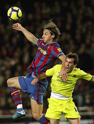 Ibrahimovic y Godin, en el partido de la primera vuelta en el Camp Nou.