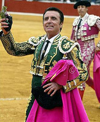 Ortega Cano paseando una oreja en una de sus �ltimas actuaciones