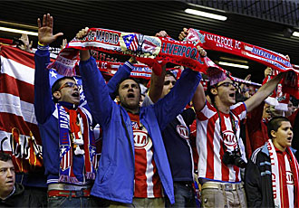 Orgullosos aficionados atl�ticos cantan en Anfield.
