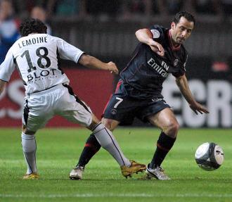 Ludovic Giuly, ante Fabien Lemoine, durante un PSG-Rennes