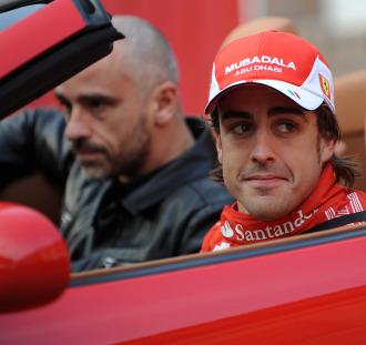 Fernando Alono, a los mandos de un Ferrari junto a Eros Ramazzotti