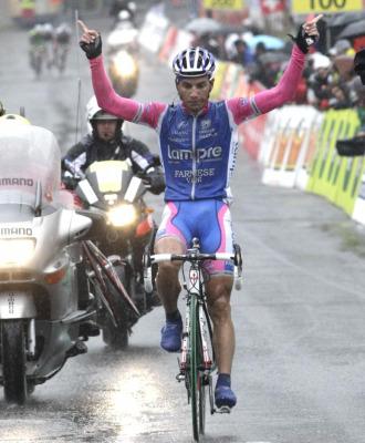 Simon Spilak celebrando su victoria en meta.