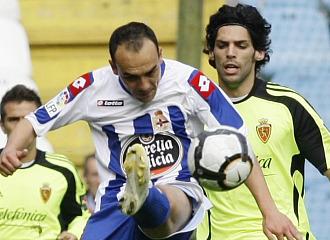 Lafita lucha un bal�n durante el partido ante el Deportivo.