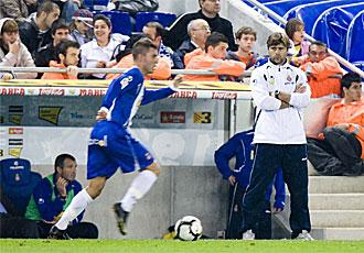 Pochettino observa a Marqu�s durante el partido frente al Valencia.