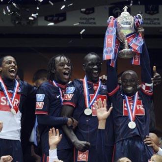 Los jugadores levantan la Copa
