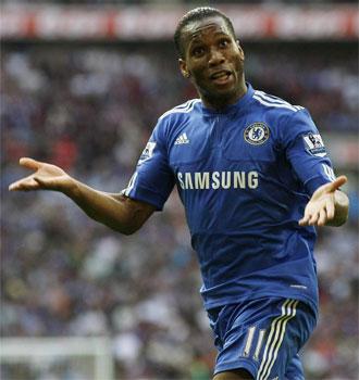 Drogba celebra un gol ante el Aston Villa.