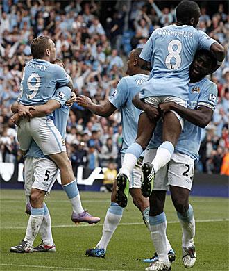 Los jugadores del City celebran el tercer gol de Bellamy.