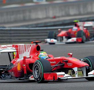 Fernando Alonso persigue a Felipe Massa en el Gran Premio de China