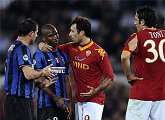 Etoo y Vucinic hablan ante la mirada de Stankoivc y Toni en el �ltimo duelo entre Inter y Roma