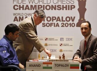 Karpov hace la jugada inicial