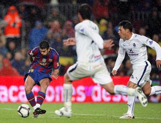 El delantero del Barcelona Pedro en el momento en el que dispara a puerta y que significar� el tercer tanto