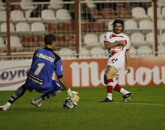 Alberto Cifuentes hace una parada a Jofre en el partido disputado en el Teresa Rivero