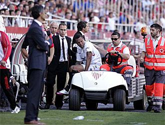 Luis Fabiano sale en camilla del Pizju�n tras lesionarse frente al Atl�tico.