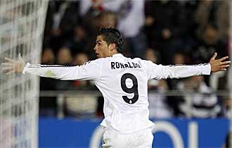 Cristiano Ronaldo celebra uno de los tres goles que marc� contra el Mallorca en el Ono Estadi