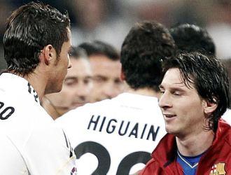 Cristiano Ronaldo y Leo Messi se saludan en los proleg�menos del Cl�sico jugado el pasado 10 de abril en Madrid.