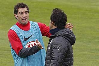 Antonio L�pez habla con Quique S�nchez Flores durante un entrenamiento del Atl�tico de Madrid