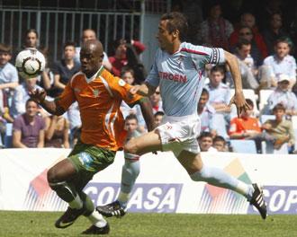 Noguerol intenta detener el avance de Eman� en el partido contra el Betis