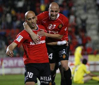 Nunes y Borja Valero celebran un tanto conseguido contra el Villarreal