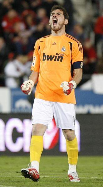 Iker Casillas celebra uno de los goles del Real Madrid en el Ono Estadi.