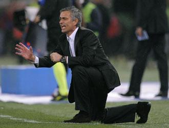 Mourinho dando instrucciones en el partido de la final de Copa entre el Inter y la Roma