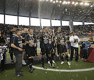 Los jugadores del Deportivo celebran el t�tulo.