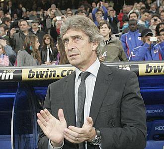 Manuel Pellegrini aplaude a sus jugadores en un momento del partido ante el Athletic.