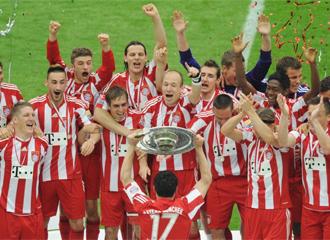 Los jugadores del Bayern levantan el trofeo